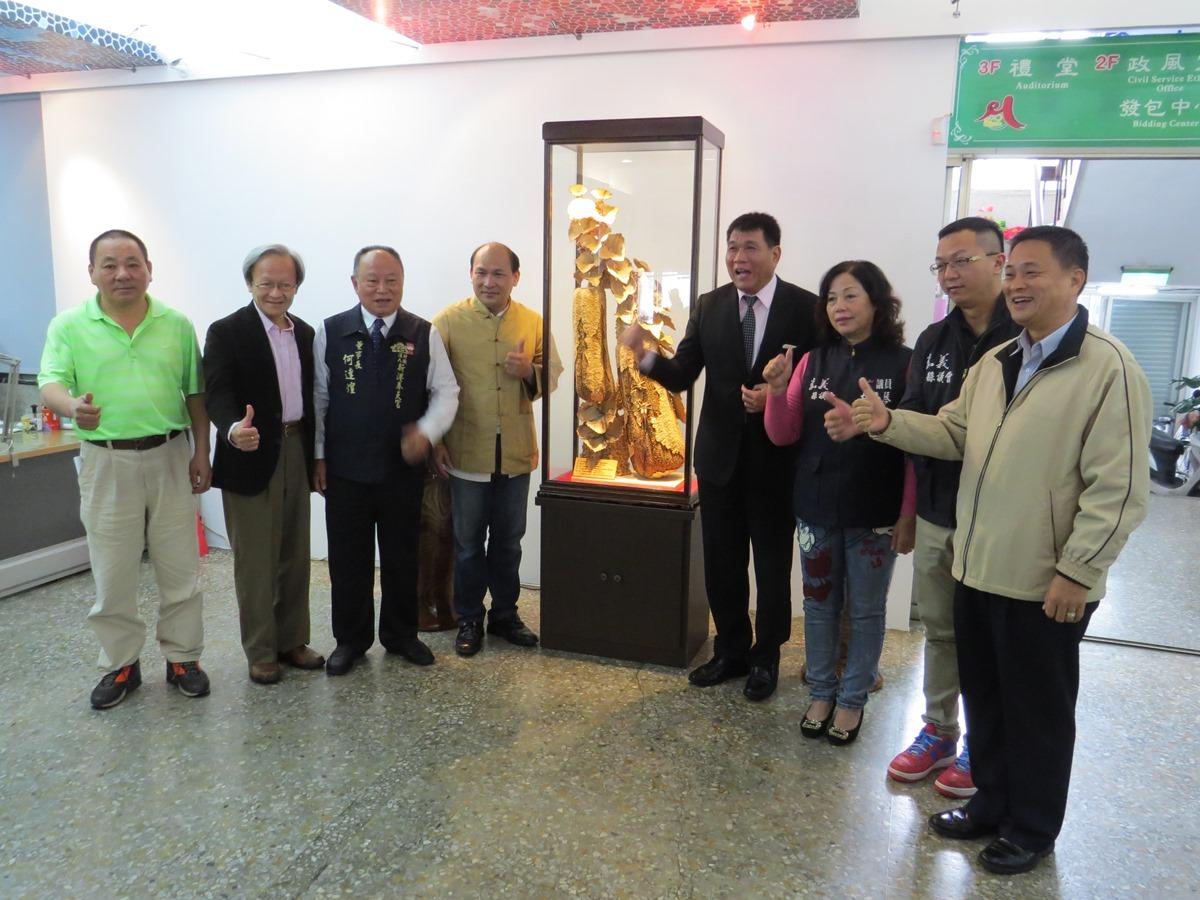 以木彫刻劃生命 楊永在「繁華」作品新港公所永久典藏