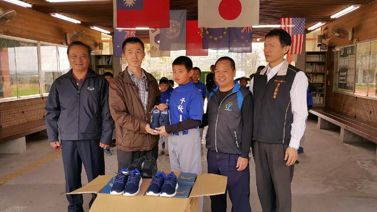 鼓勵南投千秋國小少棒隊 億星鞋業贈球鞋