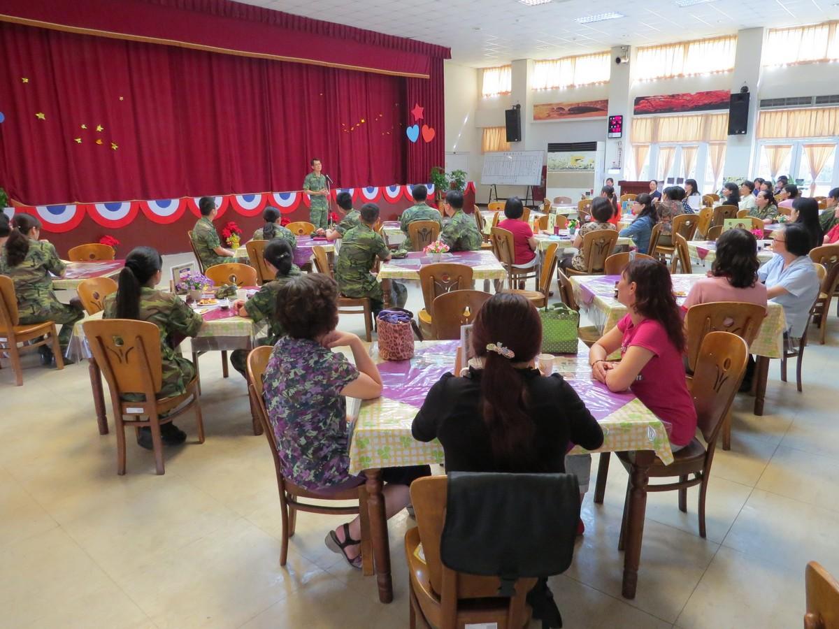 岳崗部隊舉辦母親節慶祝活動 渠等眷屬獻花超溫馨