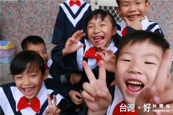 留下最純真畫面 花市幼兒園學童興奮拍攝畢業照