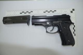 主嫌林○宸攜帶犯案手槍1支(JP915型金牛座改造手槍、無子彈)至分局投案。