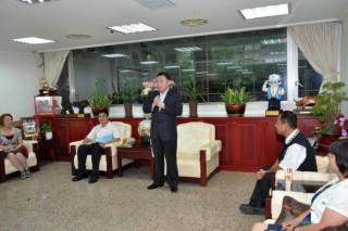圖說:邱議長接待大崙國中第12屆同學聯誼會成員。