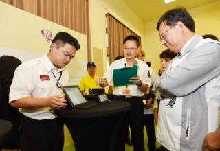 圖說:鄭市長表示,透過這個救災人員專用APP,導入智慧功能,強化救災指揮效能,確保消防同仁安全。