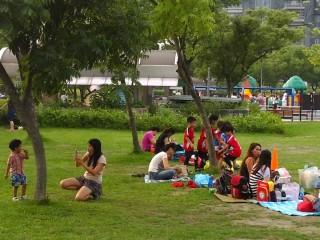 大安森林公園草坪是民眾野餐聚會的好場所。
