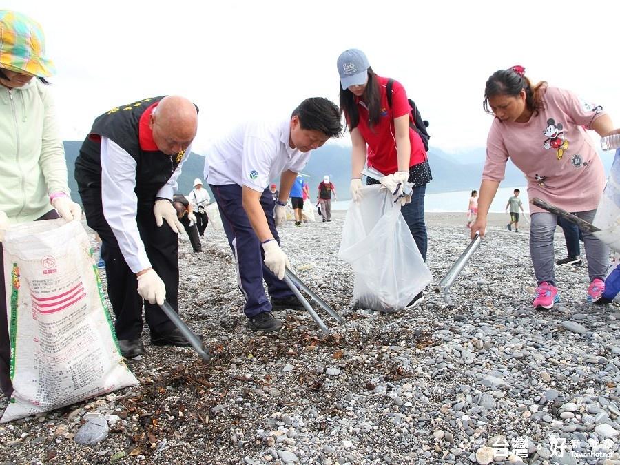 出席七星潭健走淨灘活動 傅崐萁偕鄉親挽袖清理環境