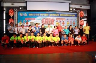 南投子弟在國內外運動賽表現優,縣府頒獎勵金表揚。(記者扶小萍攝)
