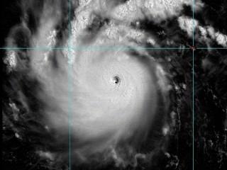 去年尼伯特颱風眼清晰可見(圖/翻攝自鄭明典臉書提供之影像來源:RAMMB/Himawari-8 Imagery)