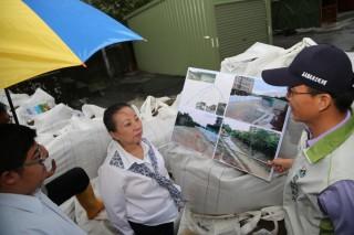 嘉義縣長張花冠與立委蔡易餘視察新埤大排,防颱風過後因大雨而產生淹水