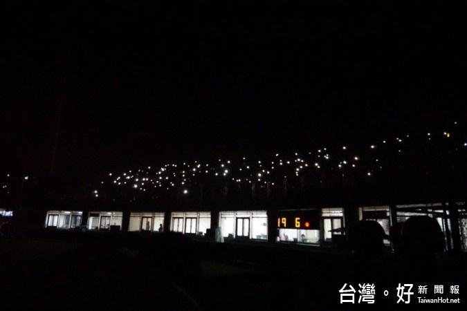暌違5年,中華職棒比賽21日重返羅東棒球場,由中信兄弟對統一獅。開賽前就確定座位銷售一空,宜蘭鄉親相當捧場,5千多名觀眾擠爆球場形成滿座,未料比賽進行到六局下突然大跳電,現場一片漆黑,導致比賽被迫中斷約20多分鐘。球迷打開手機的燈光,配合啦啦隊帶動唱打發時間,彷彿小型演唱會,經緊急搶修後,才重啟照明繼續比賽。(圖/翻攝自宜蘭縣長林聰賢官方臉書)