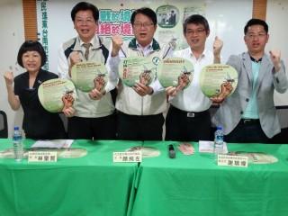 民進黨台南市黨部配合市府防治登革熱,印製英、印、越、泰四國外語版文宣,並和旅行公會、導遊協會合作推廣。
