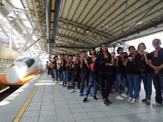玉山原住民兒童合唱團在高鐵台中站演出。林重鎣攝