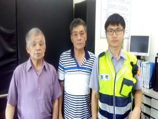迷路老翁(左)警方發現協助。林重鎣攝