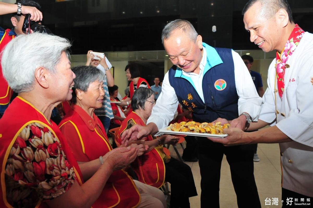 華山舉辦「獨老團圓」傳情活動 徐耀昌現身給長輩愛的抱抱