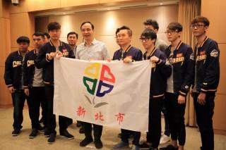 「新北金礦隊」勇奪冠軍,市長朱立倫鼓勵並分享獲得冠軍的喜悅。(圖/記者黃村杉攝)