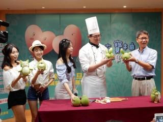 記者會邀請飯店果雕師傅將文旦柚變身成時下最夯的寶可夢,現場示範簡易果雕製作,讓民眾在家也能動手做果雕。(圖/記者黃村杉攝)