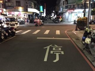 試辦採用自發性光源標誌設施或太陽能路面反光標記,加強警示效果。(圖/記者黃村杉攝)
