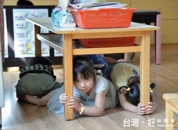 防震教育從小扎根 宣導地震保命三步驟