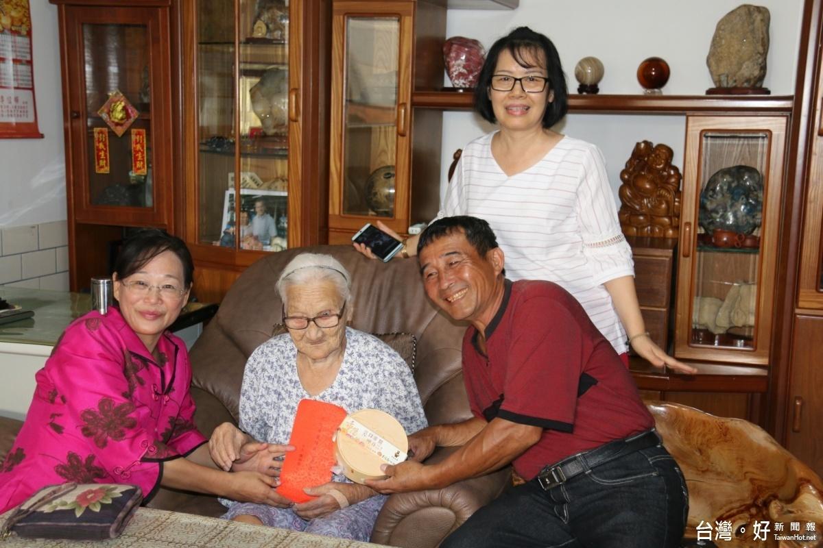 斗六公所訪人瑞贈禮金 106歲宋鳳來最年長