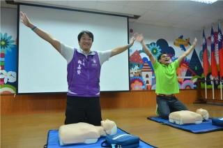 跟著紅十字會講師操作CPR流程,花蓮市長魏嘉賢親自帶頭推廣!