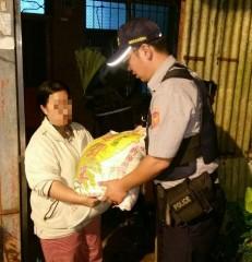 所長鍾隆國與警員謝明展,買了些民生用品及20斤的白米贈與老翁家裡。