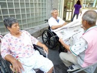 板橋四維分館志工讀時事新聞等給老人聽,豐富社區老人們的精神生活。(圖/記者黃村杉攝)