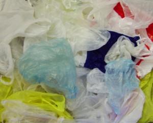 環保署「擴大管制購物用塑膠袋使用」將於2018年1月1日起正式上路。未來3C零售、書籍/文具零售、藥粧/美粧/藥局、醫療器材行、洗衣店、飲料店、西點麵包店等不得再免費提供購物用塑膠袋。首次違規者將先勸導改善,第二次再違規將開罰新台幣1200~6000元。(圖/資料照片)