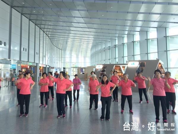 手語舞團高鐵站獻藝 旅客爆熱烈掌聲回應