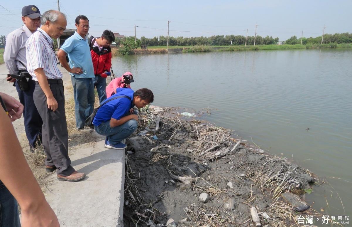 池塘遭傾倒不明廢棄物 環保局採樣送驗