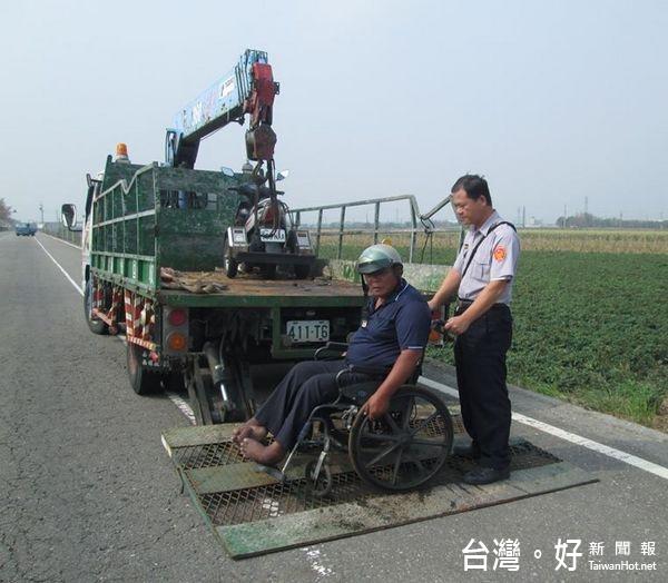 身障男騎3輪車半路拋錨 警火速救援助解圍