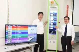 彰化縣即將建志智慧型候車設施系統,縣長魏明谷今與公車站牌合影。