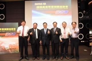 織襪產業聚落採購洽談會-縣長魏明谷與貴賓合影。