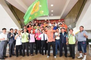 105年全運會授旗典禮-授旗代表李政展揮旗。