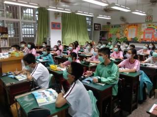 南崗國中3年級均發給口罩,有班級幾乎全班都載著上課。
