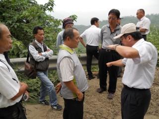 立委黃偉哲服務處會同相關單位會勘改善南化關山里唯一聯外道路。(記者邱仁武/攝)