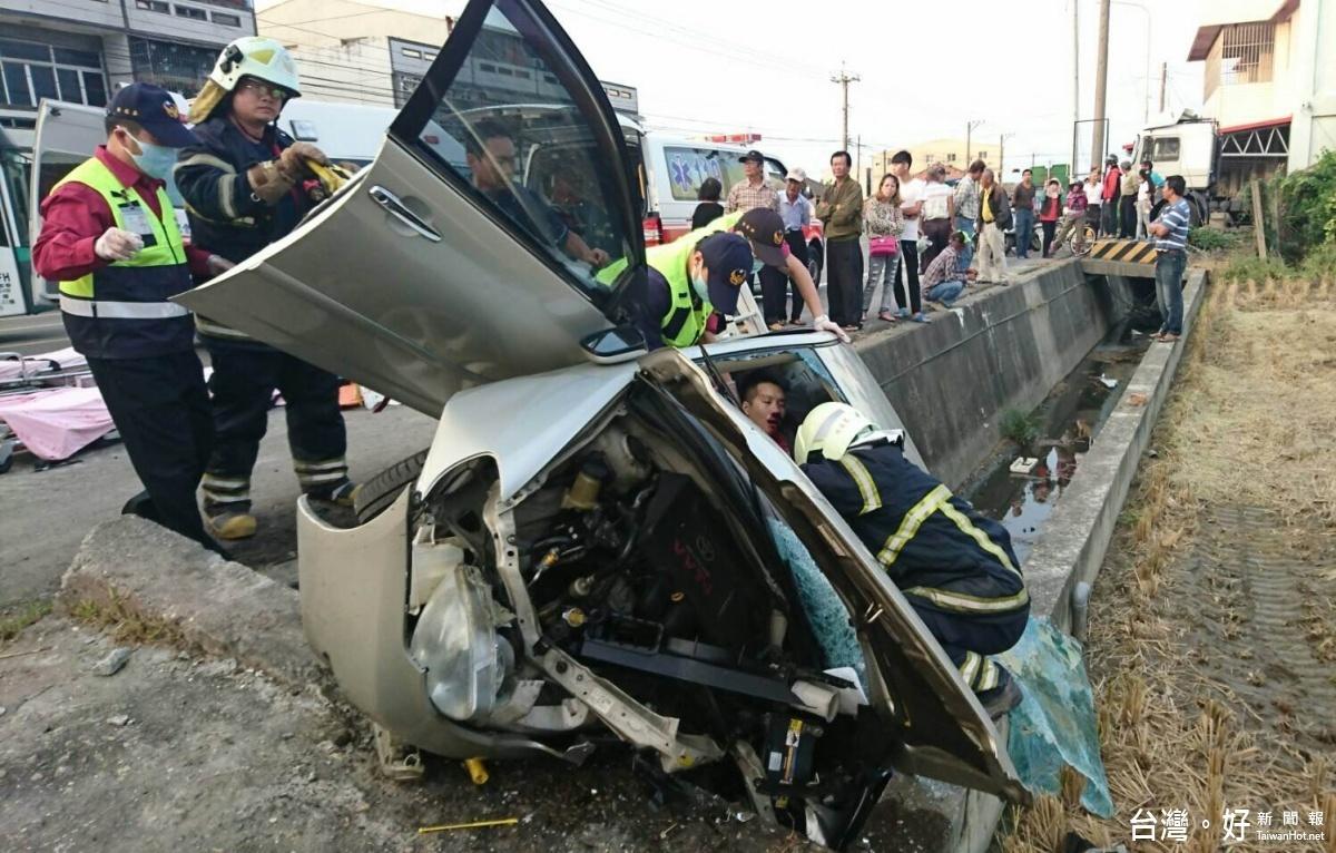 自小客車衝入水溝 車毀母亡子重傷