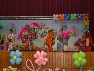 中市外埔區長青學苑昨日舉辦結業典禮,學員在舞台上穿著鮮艷,表  演一年所學的舞蹈,獲得熱烈掌聲及肯定,場面十分熱鬧。                               (記者陳榮昌攝)