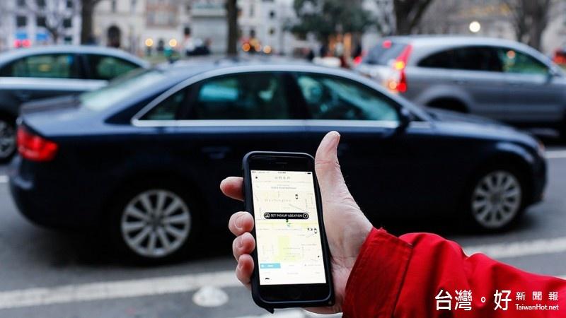 《公路法》修正條文駕駛被抓到未依規定申請就開車營運載客,得吊扣車牌與駕照4個月至1年,2年內不得考領駕照或重領牌照。(圖/Flickr)