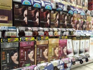 以漢方植物萃取為訴求的染髮霜,在網路及開架通路染護髮類成為明星商品。