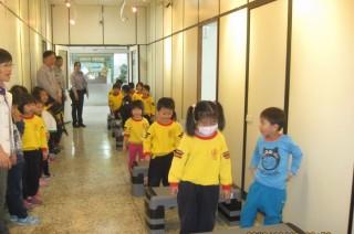 佳里小朋友在分局進行小小警察體驗活動。(記者邱仁武/攝)