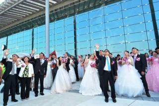彰化縣長魏明谷今天以主婚人的身份,為22對新人完成終身大事。(圖/記者鄧富珍攝)