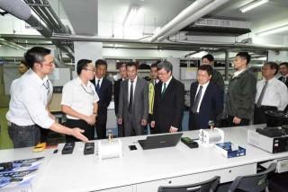 副總統陳建仁參訪為升電裝工業_參觀產線。(圖/彰化縣政府提供)