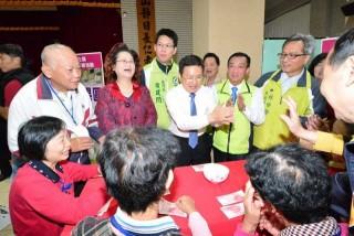 復古桌遊嘉年華活動中,縣長魏明谷與老人玩骰子18啦,一起同歡。(圖/彰化縣政府提供)