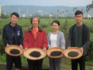 神農獎得主陳錦昌與團隊展示自製的節氣茶。(記者扶小萍攝)
