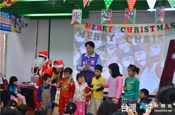 花蓮市圖耶誕響叮噹活動 魏嘉賢說故事帶領孩童閱讀
