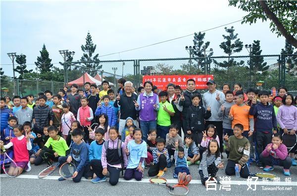 花蓮市長盃青少年網球賽 魏嘉賢現身為選手打氣