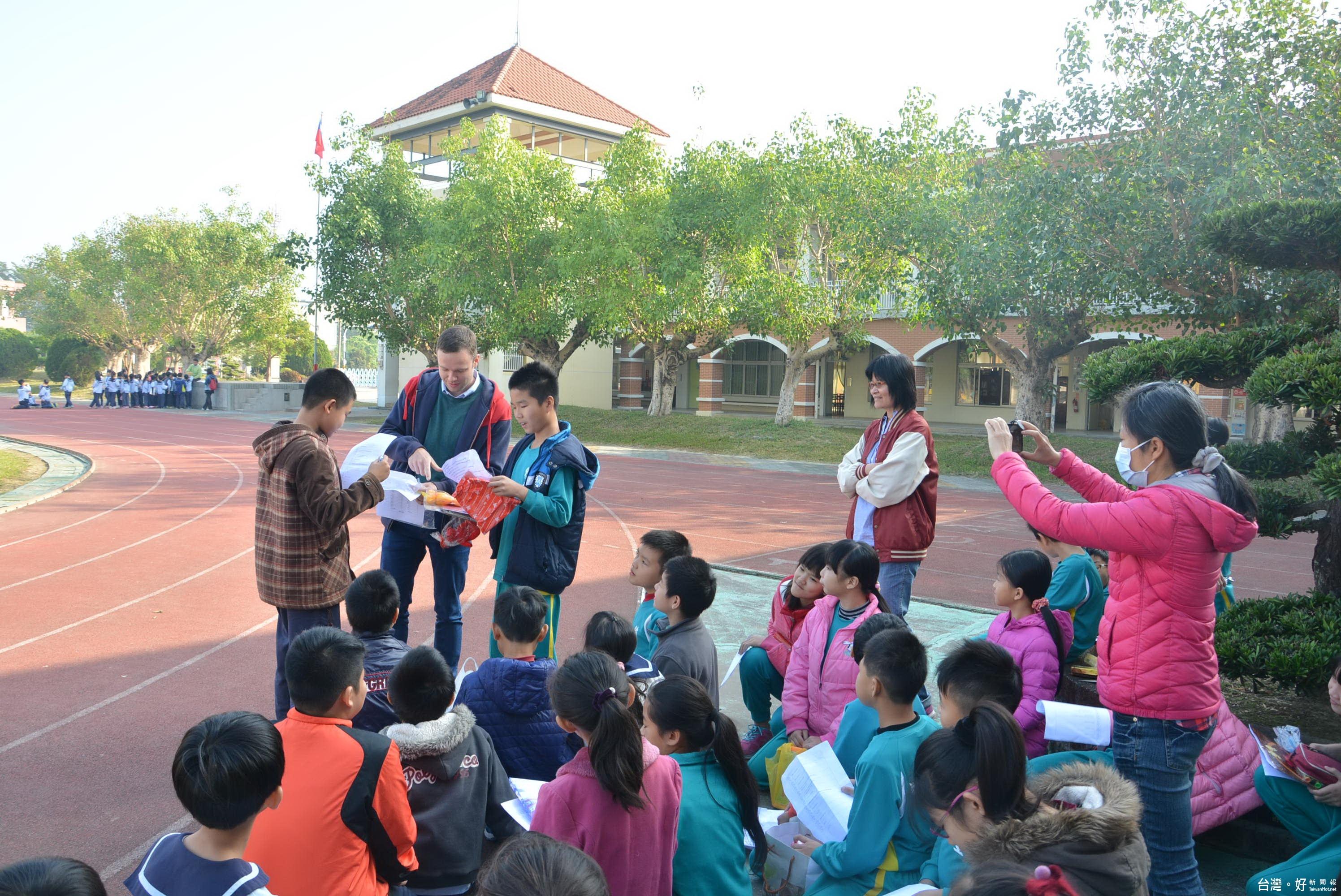 外籍博士生與學童同歡 慶祝聖誕節
