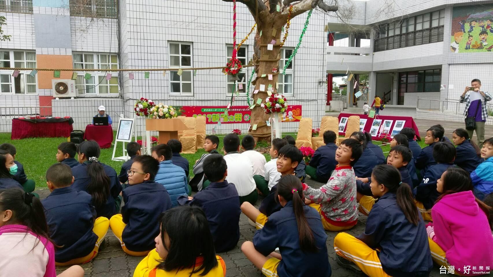 豐里國小耶誕活動 肉桂樹繫祈福卡滿載溫馨