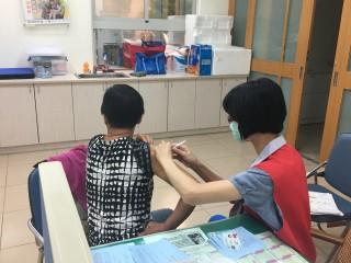 衛生局提醒民眾,平時亦應落實勤洗手、戴口罩的習慣,流感疫情流行期間避免出入人多擁擠空氣不流通之公共場所。