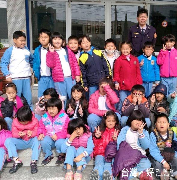 小學學童參訪警所 頻挑戰酒測儀