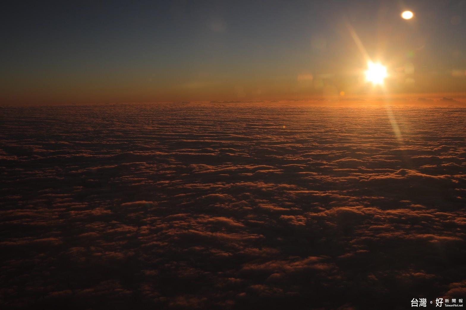 華信專機2萬呎高空 迎接2017年第一道曙光